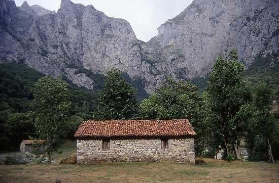 cabaña picos de europa by rafael jiminez